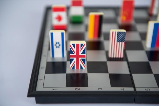 Symbolen van de landen op het schaakbord. conceptuele foto, politieke spelletjes. detailopname