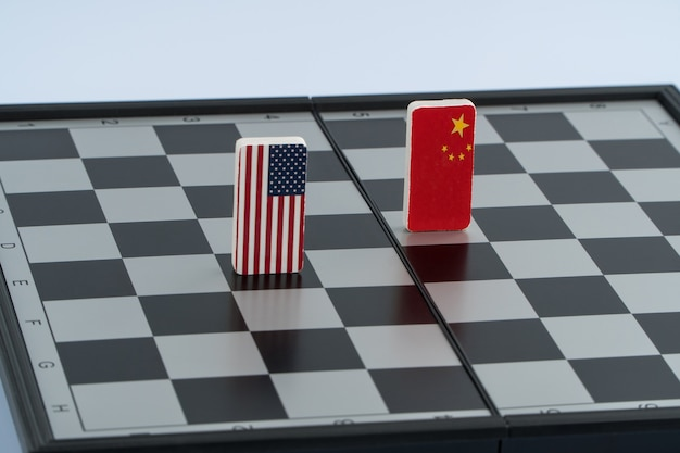 Symbolen van de vlag van de vs en china op het schaakbord. het concept van politiek spel.