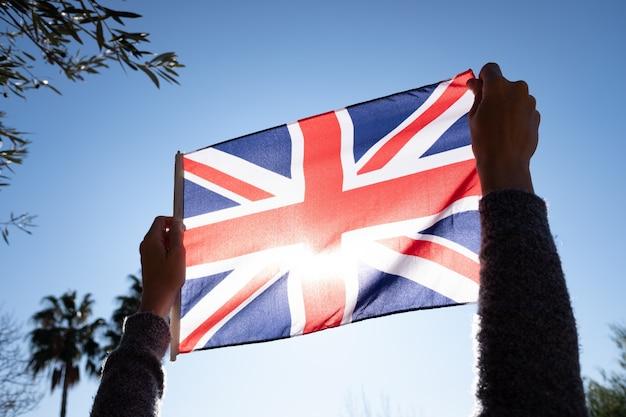 Symbolisch protest tegen het verenigd koninkrijk door de nationale vlag te mishandelen.