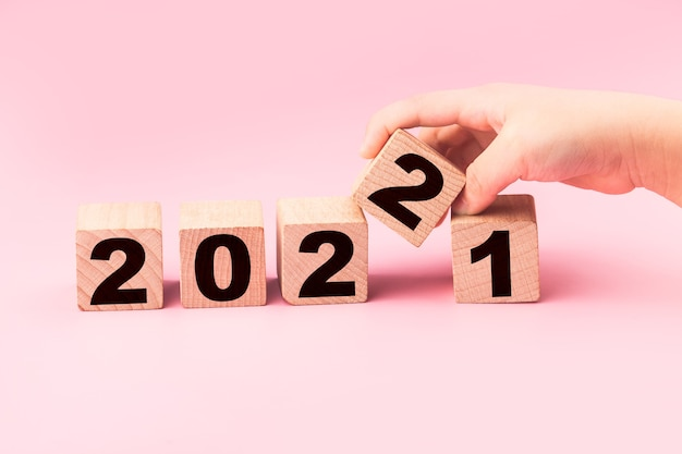 Symboliseren de verandering van 2021 naar het nieuwe jaar 2022 2022 gelukkig nieuwjaar concept