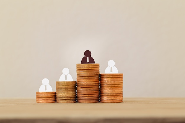 Symbool van creativiteit, creatief idee, groot zakelijk succes concept: zakenman symbool op stijgende munten. beeldt tycoon af die doelen bereikt, creëer een strategie voor financieel succes.