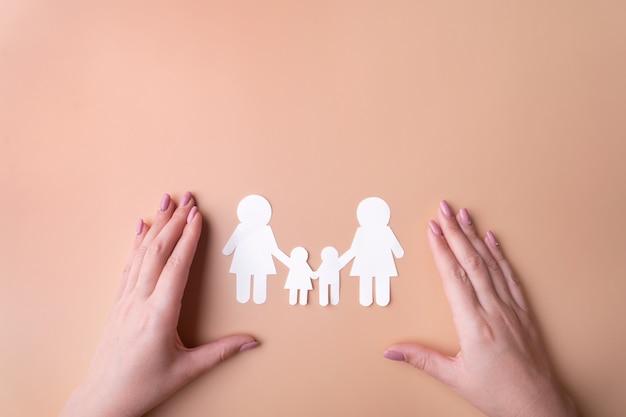 Symbool van familiebescherming van hetzelfde geslacht van seksuele minderheden, een familie van wit papier.