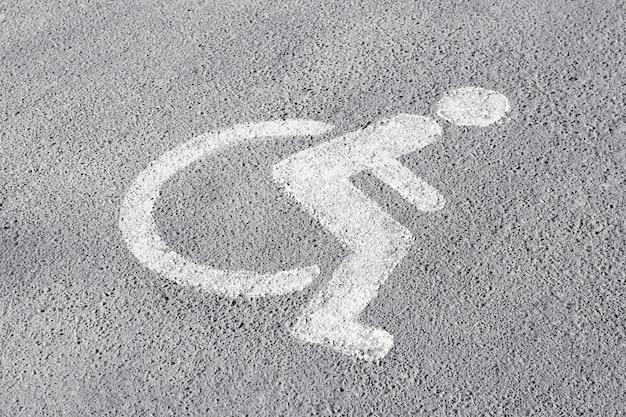 Symbool van gehandicapten op parkeerplaats