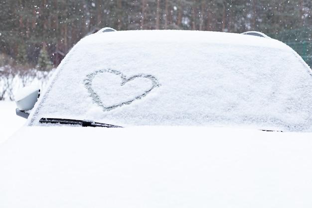 Symbool van hart op de achtergrond van verse sneeuwtextuur
