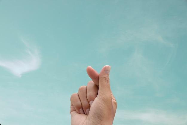 Symbool van mini-hart met hemelachtergrond.