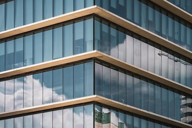 Symmetrisch zicht op de hoek van een kantoorgebouw met verticale beglazing