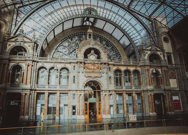 Symmetrische samenstelling van de grote zaal van het beroemde station van de spoorweg van antwerpen