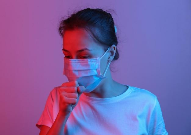 Symptomen van de griep. vrouw met medisch masker hoest. rood blauw neon verlooplicht
