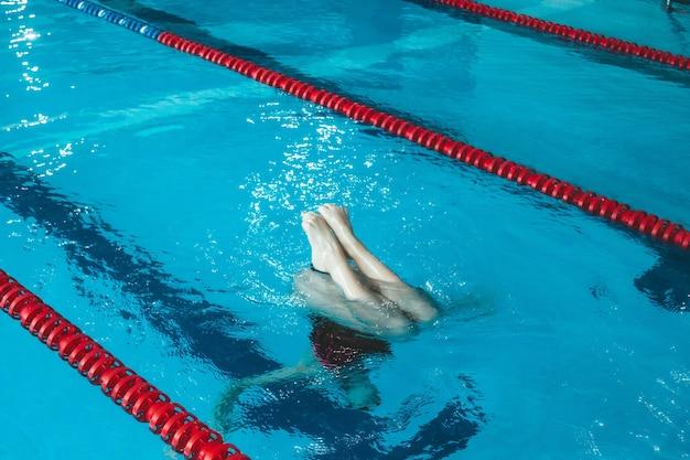 Synchroonzwematleet traint alleen in het zwembad