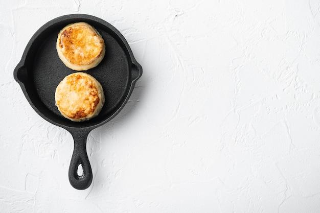 Syrniki kaas pannenkoeken op gietijzeren braadpan koekenpan op gietijzeren braadpan koekepan