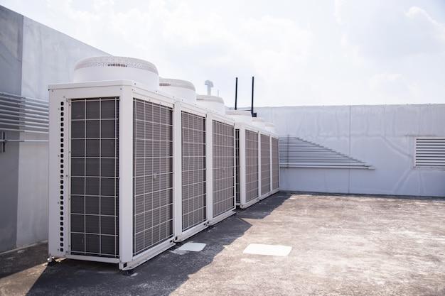 Systeem van centrale conditionering op het dak van het gebouw