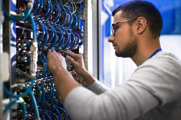 Systeembeheerder die servers controleert