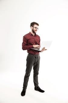 Systeembeheerder met een laptop tegen een witte achtergrond