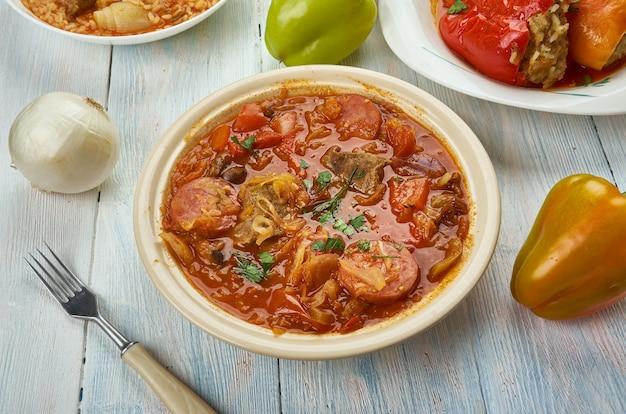 Szekelygulyas, hongaarse goulash met varkensvlees en zuurkool, hongaarse keuken, traditionele geassorteerde gerechten, bovenaanzicht.