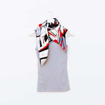 T-shirt op hanger met lichte sjaal. mode kleding