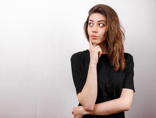 T-shirtontwerp, gelukkig mensenconcept - glimlachende vrouw in zwarte t-shirt