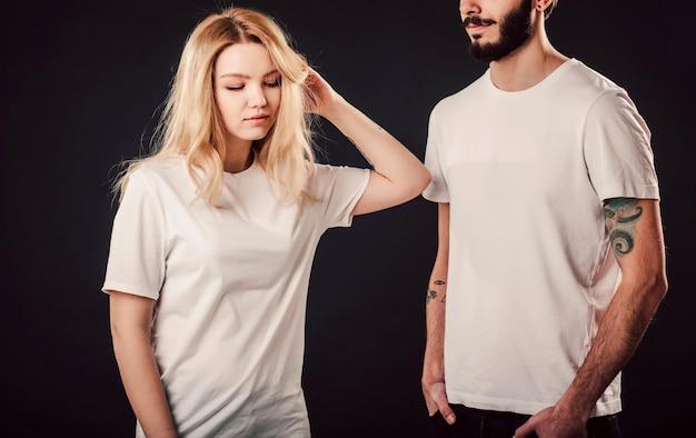 T-shirtontwerp, jonge vrouw en man in leeg wit overhemd Premium Foto