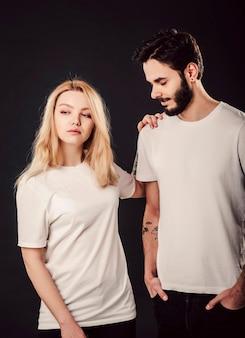 T-shirtontwerp, jonge vrouw en man in leeg wit overhemd