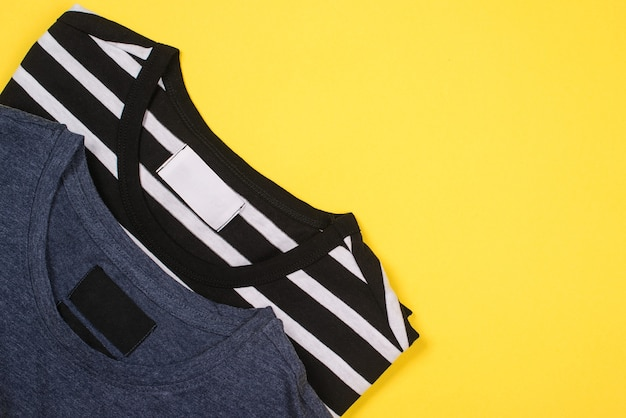 T-shirts gevouwen op geel, plat gelegd
