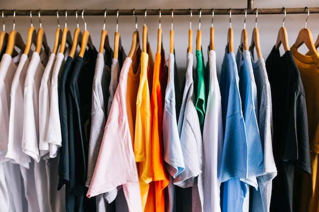 T-shirts op hangers
