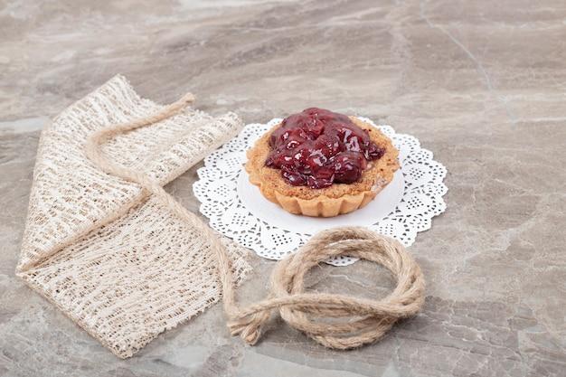 Taart cake met touw en jute op marmeren oppervlak.