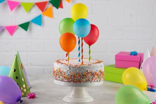 Taart en kleurrijke ballonnen