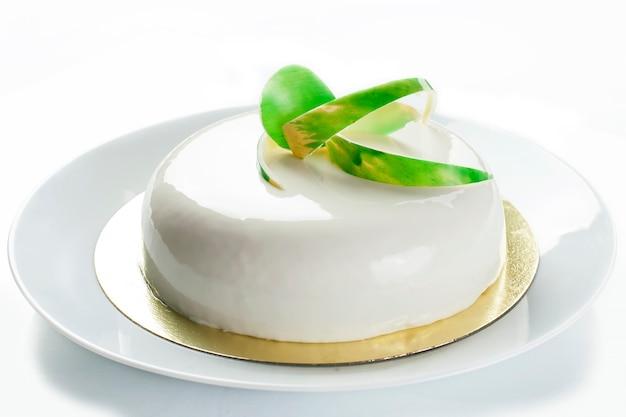 Taart in wit glazuur. gebakje. gelei en soufflé. geïsoleerd op wit - stock beeld