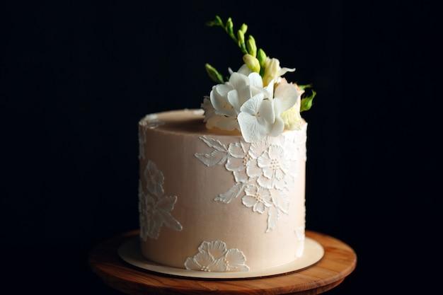 Taart is versierd met bloemen op donker