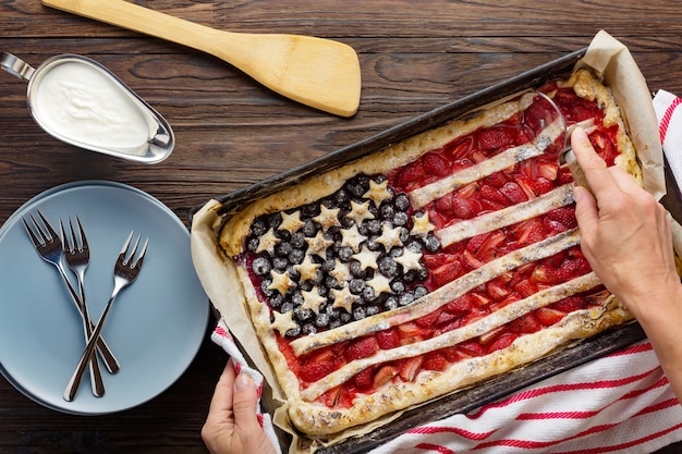 Taart met aardbeien en bosbessen amerikaanse vlag. 4 juli. amerikaanse onafhankelijkheidsdag