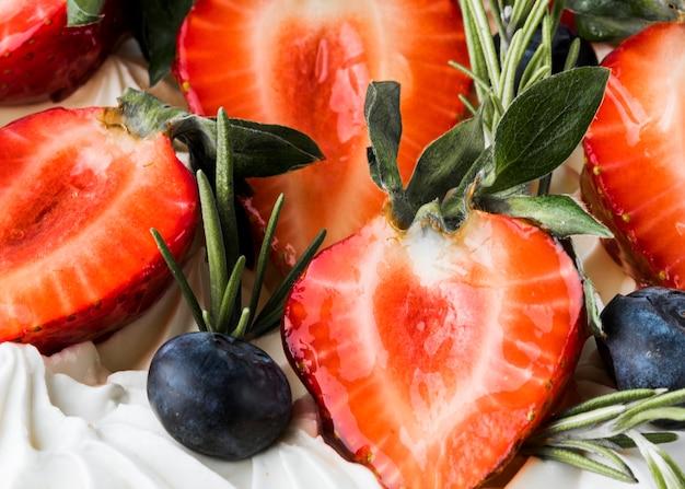Taart met aardbeien en bosbessen