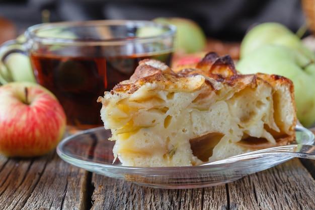 Taart met biologische appels en warm gezette thee