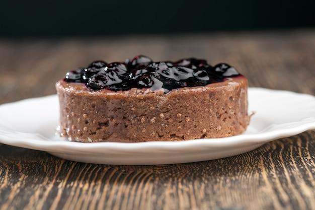 Taart met botercrème en zwarte bessenjam, een zoet dessert gemaakt van zuivelproducten en bessen