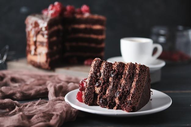 Taart met chocolade en kersen close-up