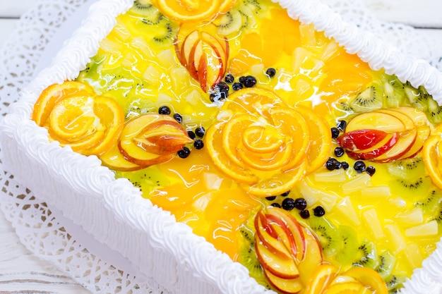 Taart met gelei. room en stukjes appel. feestelijk dessert in een restaurant. smakelijk kunstwerk.