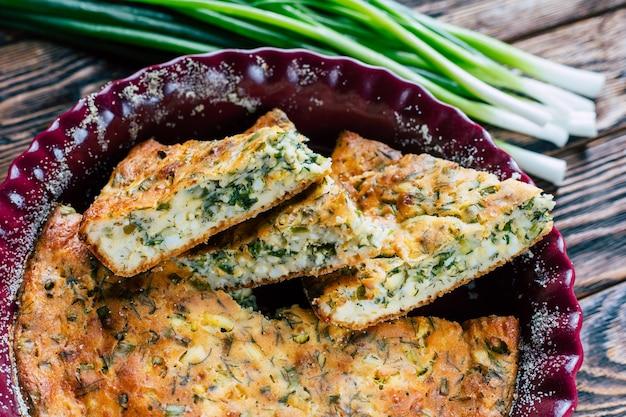 Taart met groene uien en ei zelfgemaakte hartige gebakjes