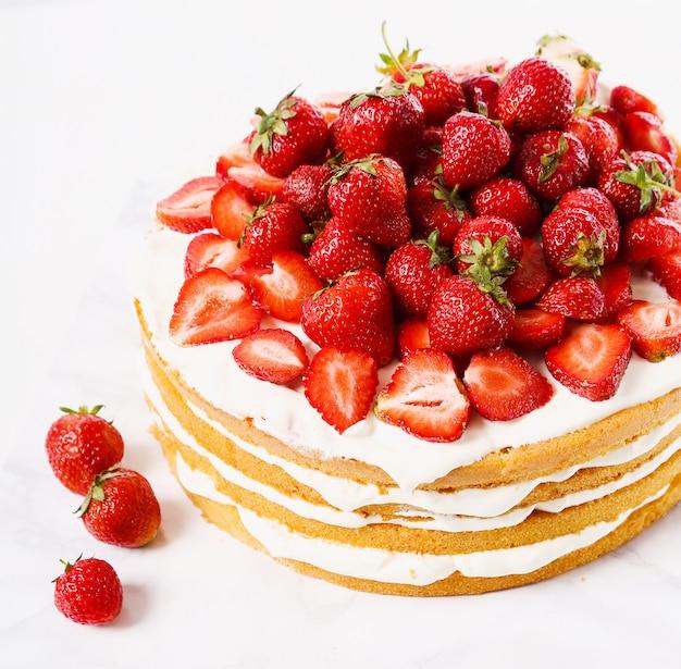 Taart met kersen en aardbeien