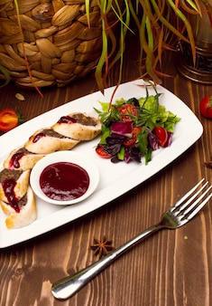 Taart met rundergehakt, rolletjes bladerdeeg met vlees op bord