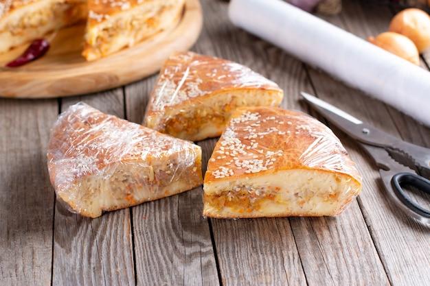 Taart of cake verpakken in een zak, klaar om ingevroren te worden voor later gebruik. diepvriesproducten