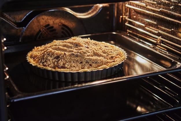 Taart om te bakken in metalen vorm in een elektrische oven