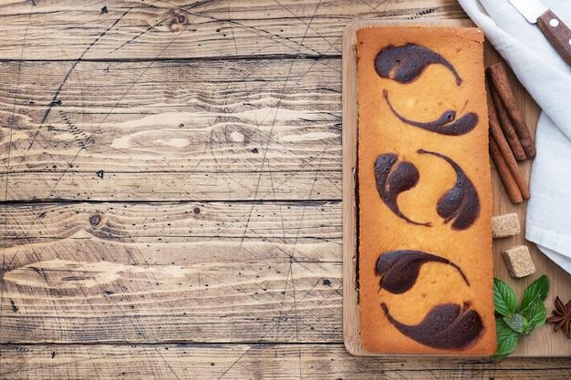 Taart op een plaat van chocoladebrownies en kwarktaart met frambozen