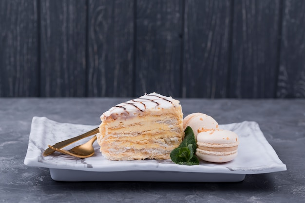Taart op plaat met bestek en macarons