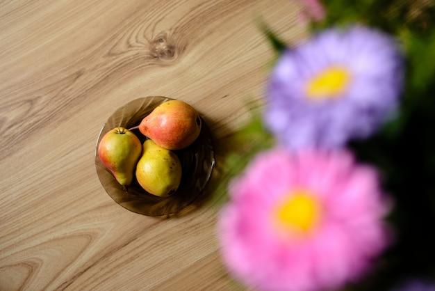 Taart, peren, tafel, bloemen