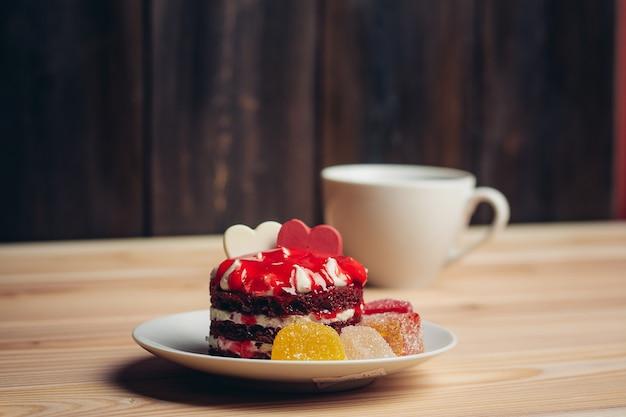 Taart rood fluwelen snoepjes dessert verschillen snack voor thee.