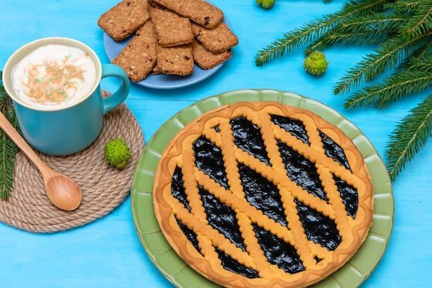 Taart voor kerstmis. ochtendkoffie met een heerlijke kersttaart.