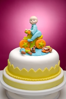 Taart voor pasgeborenen, met personages gemaakt met zeer kleurrijke fondant