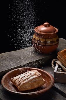 Taarten met jam op een houten tafel