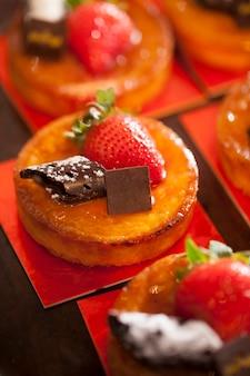 Taartjes met chocolade en aardbei bovenop in feest