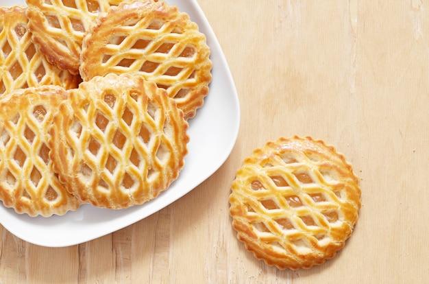 Taartjes met een appelvulling op een bord