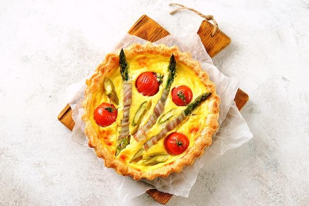 Taarttaart met kaas, asperges, spek en cherrytomaatjes