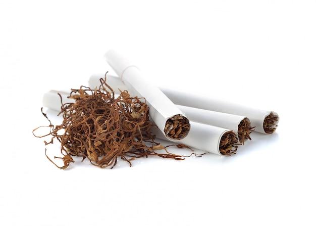 Tabaksstapel en sigaret op witte achtergrond